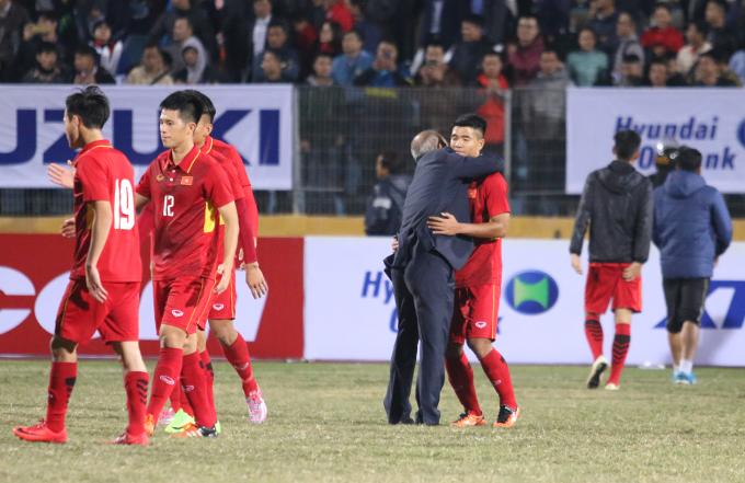 HLV Park Hang Seo ôm, động viên học trò sau trận đấu. Ông thừa nhận, U23 Việt Nam vẫn còn nhiều điểm yếu cần khắc phục trước khi dự vòng chung kết U23 châu Á tại Trung Quốc.