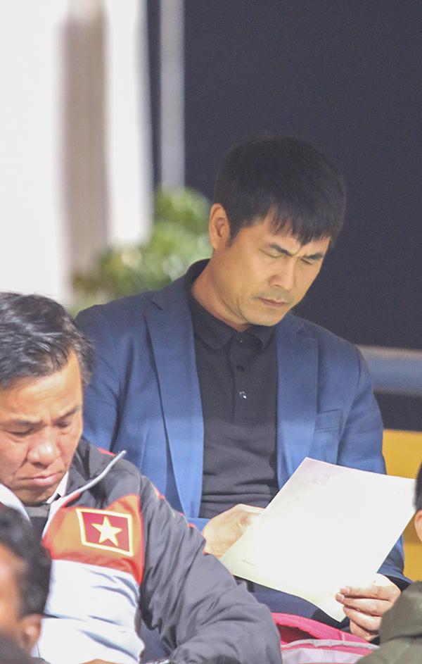 HLV Hữu Thắng chăm chú nghiên cứu đội hình ra sân của U23 Việt Nam. Sau khi từ chức HLV tuyển Việt Nam, ông vẫn rất quan tâm tới tình hình của đội tuyển và các học trò cũ.