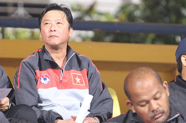 Ngồi gần Hữu Thắng có Huỳnh Đức - HLV vừa chia tay CLB Đà Nẵng.Huỳnh Đức, Hữu Thắng cùng một số HLV trong nước và nước ngoài đang ở Hà Nội để theo học khóa chứng chỉ HLV Pro của AFC.