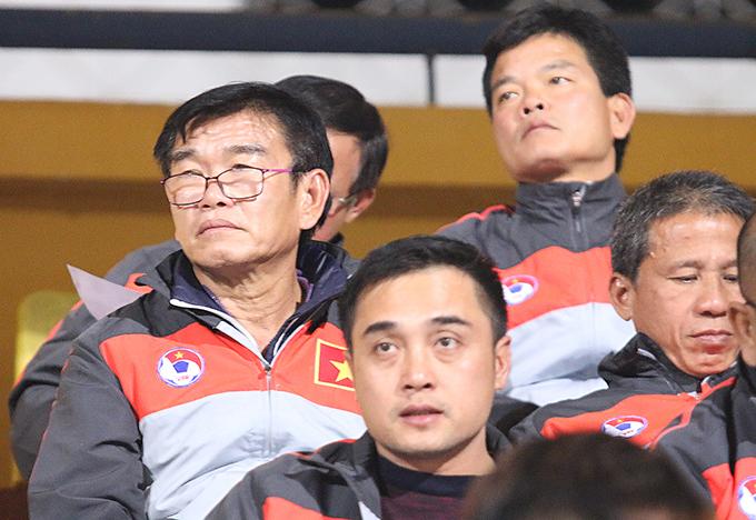 Các HLV Phan Thanh Hùng, Nguyễn Đức Thắng và Nguyễn Văn Sỹ chăm chútheo dõi U23 Việt Nam.