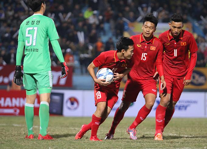 Sang hiệp 2, HLV Park Hang Seo thực hiện nhiều thay đổi về nhân sự. Phút 51, cầu thủ vào sân thay người Văn Toàn ghi bàn rút ngắn tỷ số xuống 1-2 cho U23 Việt Nam.