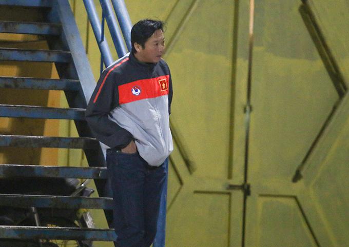 Khoảng nửa cuối hiệp 2, HLV Huỳnh Đức cùng một số đồng nghiệp ra về theo hướng cổng sau.