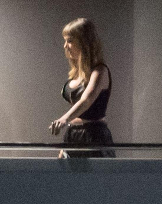 Taylor Swift vừa có buổi quay video ca nhạcEnd Game trên du thuyền siêu sang ở bãi biển Miami, Florida. Cô mặc bra top gợi cảm, để lộ eo thon và vòng một bốc lửa.