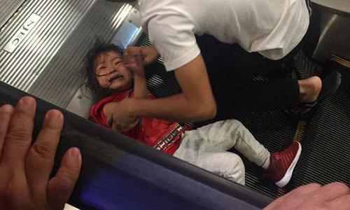 Bé gái 6 tuổi bị mắc tóc vào thang cuốn