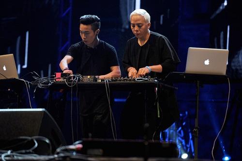 Hoàng Touliver (phải) được nhiều bạn trẻ yêu thích với những giai điệu EDM.
