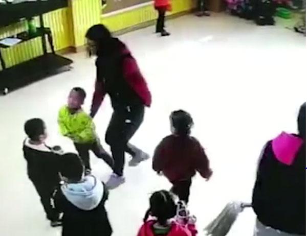 Cô giáo mầm non đánh đấm tất cả học sinh trong lớp