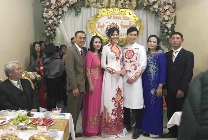 Cô dâu, chú rể rạng rỡ bên đấng sinh thành trong ngày đính hôn.