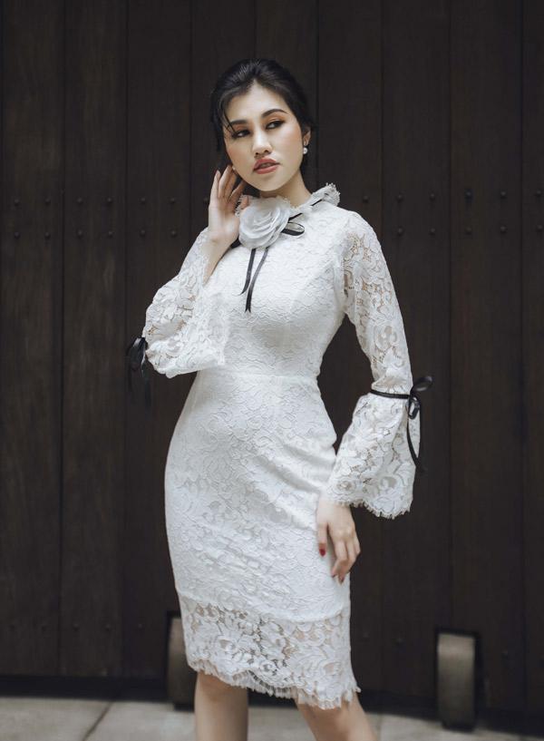 Người đẹp 9X tự tin khoe sưu tập Hoa mùa đông do chính cô thiết kế.