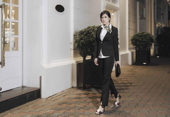 Emily chia sẻ, cô mê thời trang từ ngày còn đi học. Hai gam màu đen và trắng không bao giờ lỗi mốt là lựa chọn của người đẹp khi thực hiện sưu tập mới.