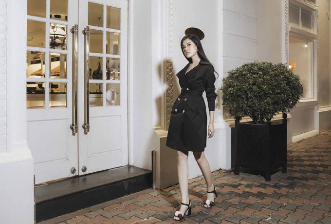 Chuyên gia trang điểm Huyền Mộc giúp người đẹp chăm chút nhan sắc khi tự làm mẫu giới thiệu váy áodo chính cô thiết kế.
