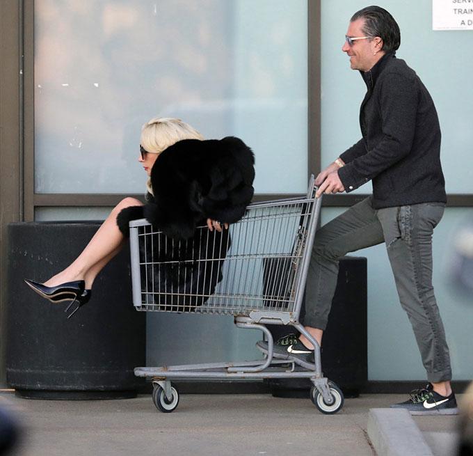 Gaga trong chiếc xe đẩy ở siêu thị.