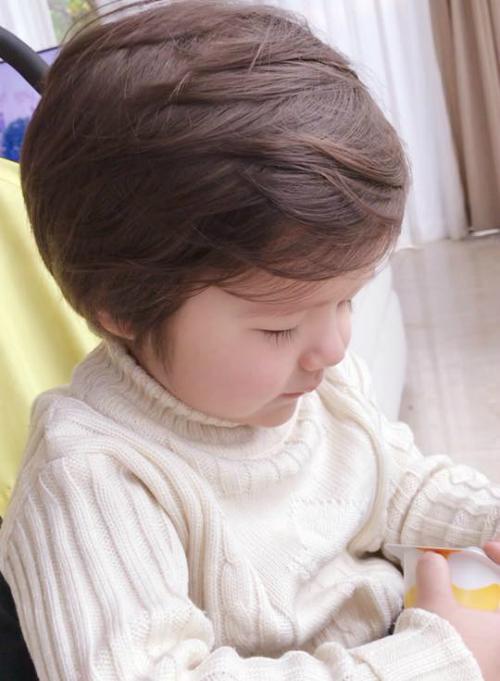 Túc Mạch làm bộ trầm tư. Mẹ Elly Trần hài hước viết: Buổi sáng u hoài của người trai xa xứ. Ko có gì ngoài mái tóc bồng ko keo , đôi mắt 1 mí đẫm lệ và nỗi căm hờn người mẹ phát xít nghiêm khắc.