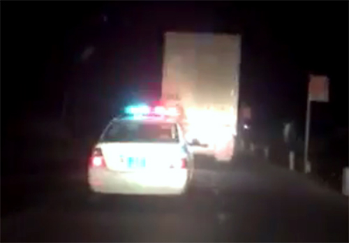 Xe container chèn xe cảnh sát khi bị truy đuổi trong đêm. Ảnh:Hùng Lê