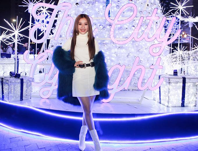Giữa những ồn ào của truyền thông, cô vẫn tươi cười gặp gỡ và giao lưu với fans. Chi Pu gửi lời chúc đến các cô gái có một mùa Giáng Sinh ngập tràn niềm vui và  tự tin diện những bộ cánh, những kiểu tóc mà mình yêu thích.