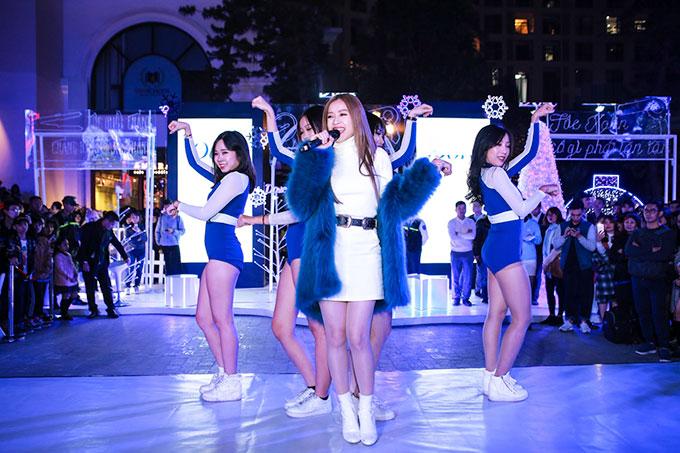 Trên sân khấu, Chi Pu tự tin trình diễn ca khúc mới ra mắt vào ngày 21/12 - Có nên dừng lại (Talk to me) vàloạt ca khúc gây ồn ào thời gian vừa qua như Từ hôm nay và Em sai rồi anh xin lỗi em đi.