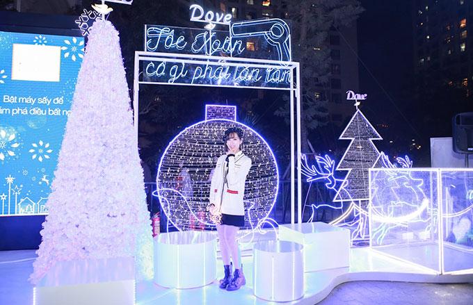Ngoài ca hátvàchụpảnh, Chi Pu cùng Min không quên cónhiềutrải nghiệm những hoạt động thú vị tạithành phố ánh sáng lung linh. Những góc phố với Ngôi nhà ánh sang rực  rỡ khiến hai cô gái thích thú chụp ảnh.