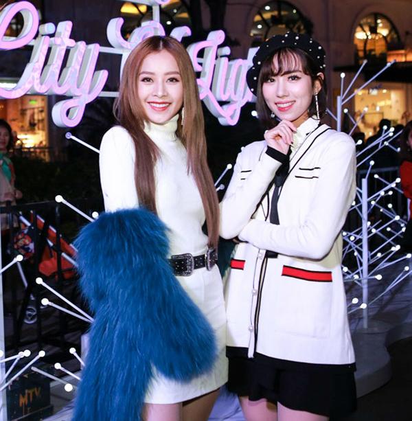 Tối qua (22/12), Chi Pu tham gia sự kiện Dove City of Lights tại khu trung tâm thương mại lớn ở Hà Nội. Người đẹp diện trang phục kín cổng cao tường nhưng vẫn rất quyến rũ.