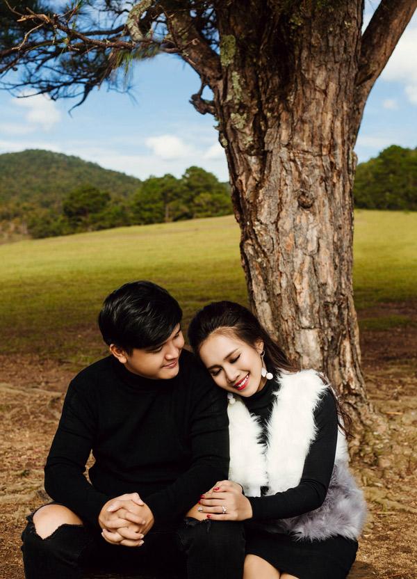 Cặp đôi dự định tổ chức hôn lễ vào tháng 1/2018, tại TP HCM. Bộ ảnh do nhà thiết kế Rin, trang điểm Nguyên Đoàn hỗ trợ thực hiện.