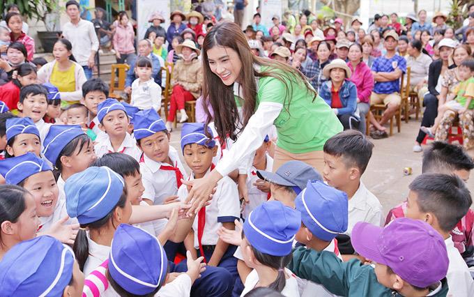 Kim Tuyến về Trường tiểu học Tân Thành, xã Bàu Cạn, huyện Long Thành, Đồng Nai thăm và tặng quà cho các em học sinh nghèo.