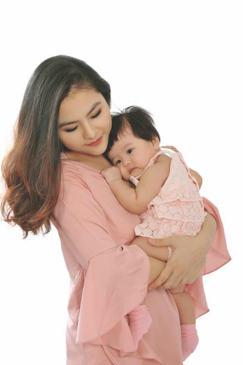 Một thời gian dài sausinh, Vân Trang không nhận bất cứ lời mời công việc nào để ở nhà chăm con.