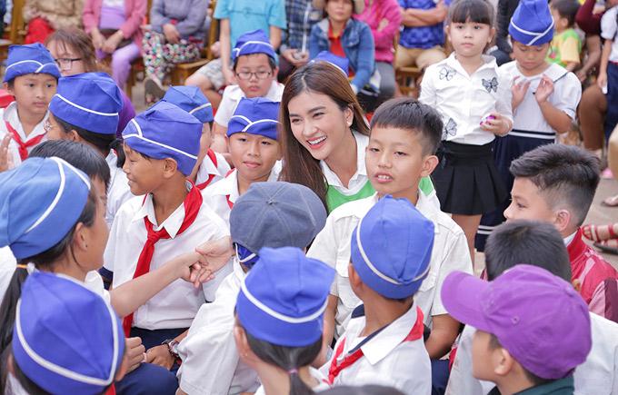 Nữ diễn viên Tuổi thanh xuân được chào đón nồng nhiệt. Ngoài đời cô rất thân thiện và yêu trẻ nhỏ.