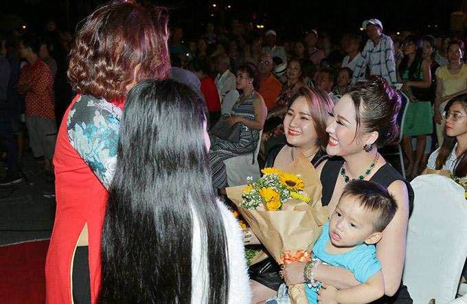 Phi Thanh Vân bế con trai tới ủng hộ Đoan Trường đi hát trở lại