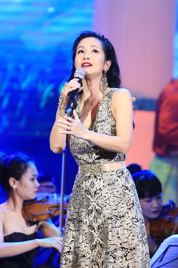Trong đêm nhạc tối qua, Hồng Nhung không chỉ thể hiện khả năng nói chuyện tếu táo, duyên dáng mà còn phô diễn chất giọng nội lực với các ca khúc Em ơi, Hà Nội phố, Về với đông, Một mình.