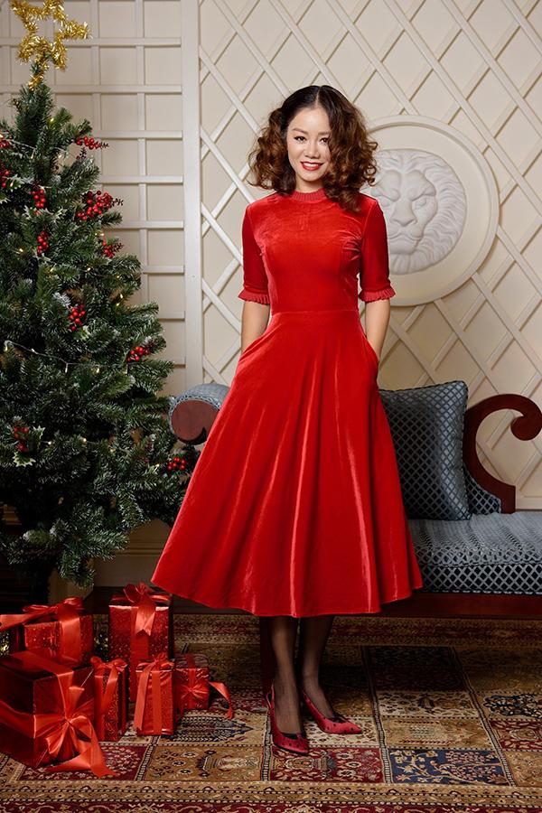 Diện váy nhung cho đêm Noel thêm nồng nàn