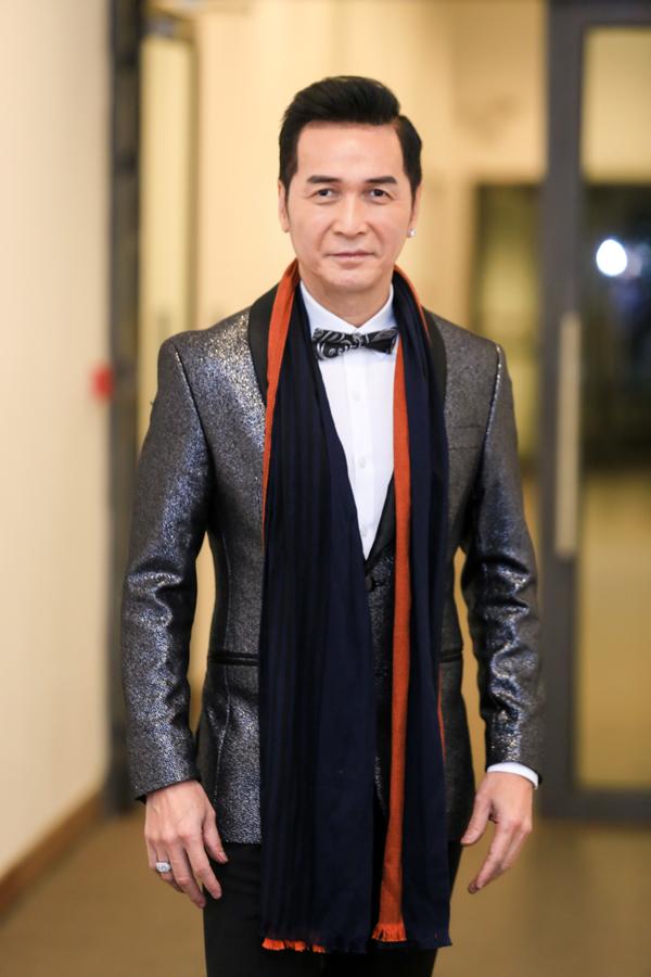 Ca sĩ hải ngoại Nguyễn Hưng trung thành với phong cách bảnh bao, lịch lãm khi trở về Việt Nam và hát tại một chương trình chào mừng Giáng sinh và năm mới.