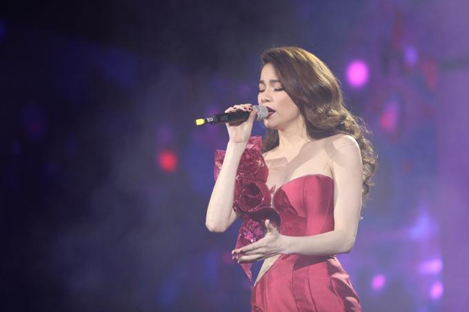 Hồ Ngọc Hà mặc váy đuôi cá bó sát góp mặt trong phần ba của chương trình. Cô hát những ca khúc quen thuộc như Cả một trời thương nhớ, Bang bangvà mashup Hãy thứ tha cho em - Xin hãy thứ tha.