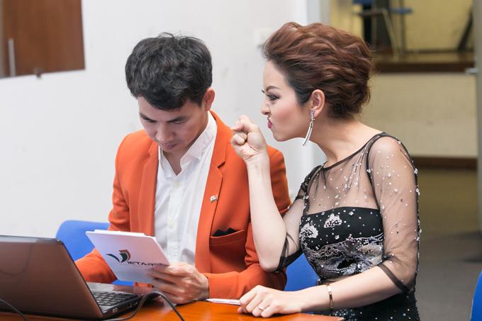 Xuân Bắc và Jennifer Phạm tập kịch bản trước giờ ra sân khấu. Trong lúc Xuân Bắc chăm chú đọc kịch bản thì Hoa hậu châu Á tại Mỹ năm 2006 nô đùa, trêu chọc không ngớt.