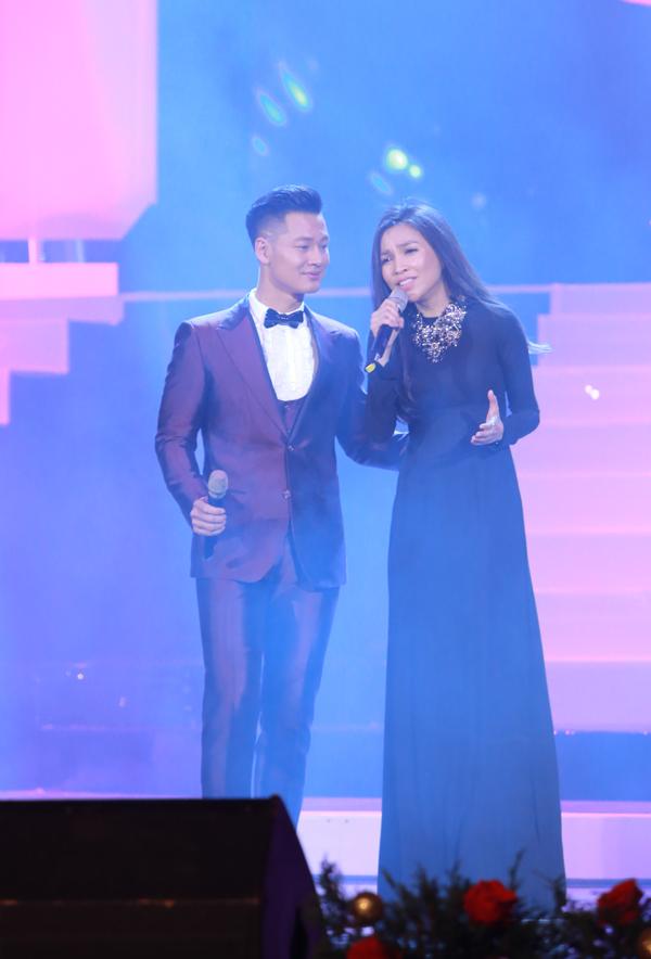 Hiền Thục hội ngộ Đức Tuấn trên sân khấu. Trước đó, cô hát Nhật ký của mẹ và Hồn quê.