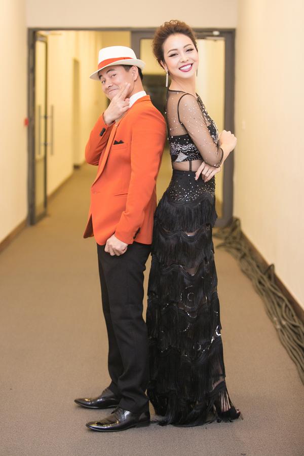 Diễn viên Xuân Bắc và Hoa hậu Jennifer Phạm cùng nhau dẫn dắt chương trình ca nhạc Đêm Việt Nam 6 diễn ra tối 23/12.