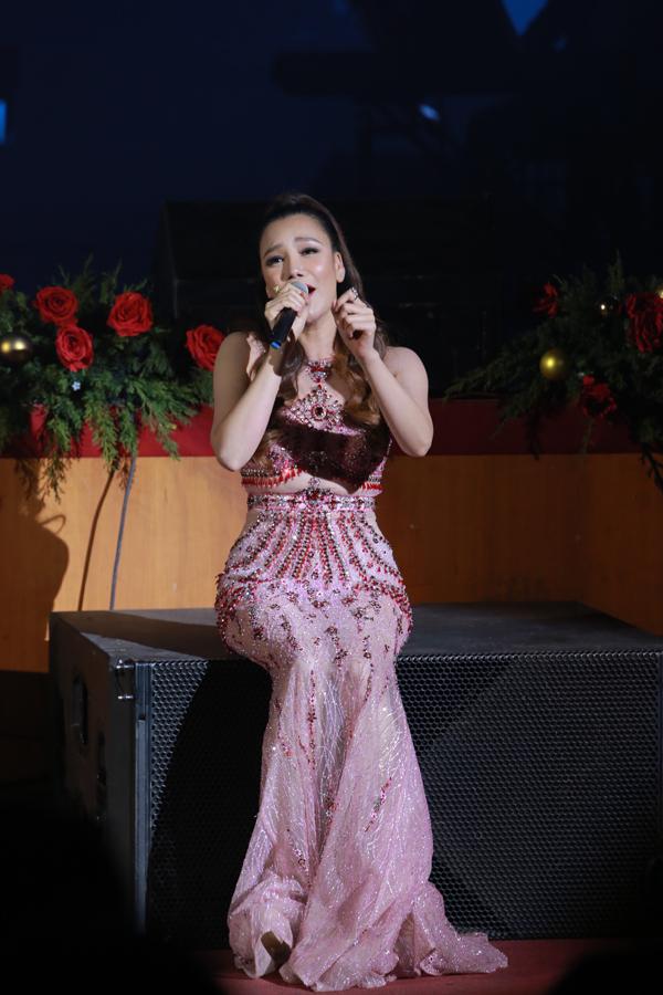 Hồ Quỳnh Hương cũng góp mặt trong Đêm Việt Nam 6 với các ca khúc Anh, Phút cuối và Có nhau trọn đời.