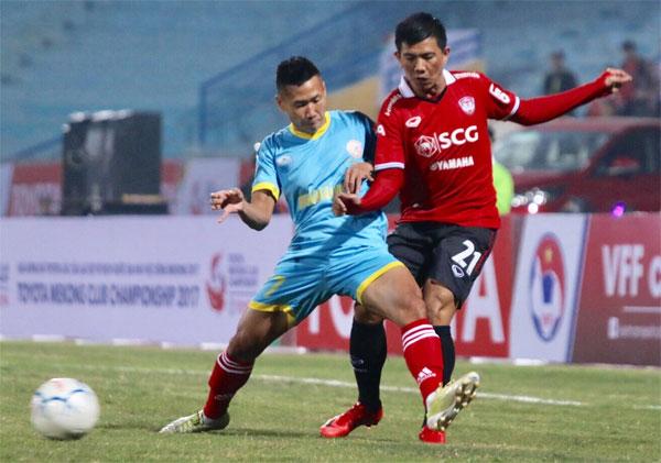 Khánh Hòa (áo xanh) nhận hai bàn thua đau ở những phút cuối. Ảnh: NN.