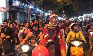 Người Sài Gòn đổ ra đường nửa đêm đón Giáng sinh