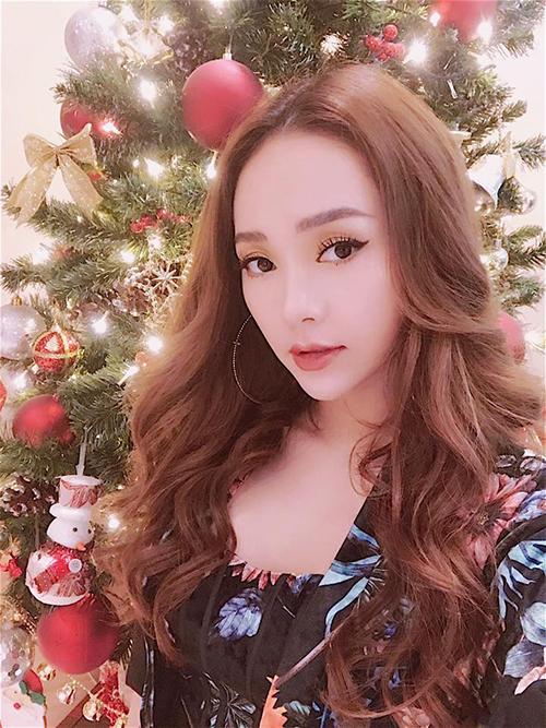 Minh Hằng chia sẻ cảm xúc trong đêm Giáng sinh: Không khí giáng sinh ngập tràn làm lòng người cũng rộn ràng.