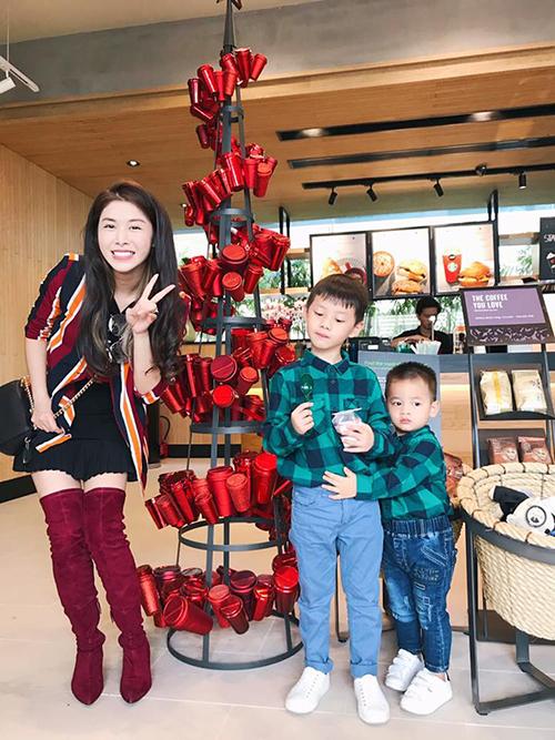 Thuỷ Anh - bà xã Đăng Khôi - đưa hai con đi chơi và chia sẻ: Cả mùa Noel của mẹ đã ở đây rồi. Hai cây thông gia đình xanh lá có đáng yêu không cả nhà.