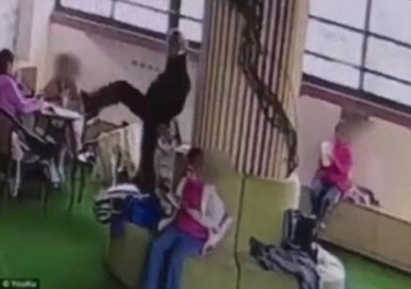 Hình ảnh cắt ra từ camera cho thấy thầy giáo nhiều lần đưa chân lên mặt các học sinh để bắt chúng ngửi.