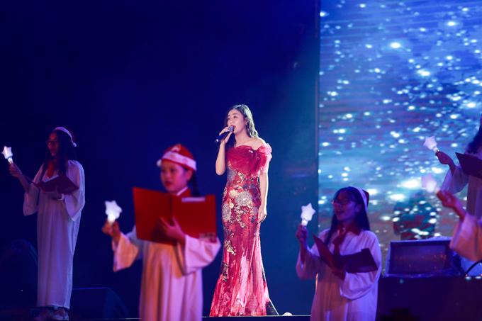 Cả nhà Thúy Hạnh mặc ton sur ton, cùng thắp sáng cây thông Noel cao 30m