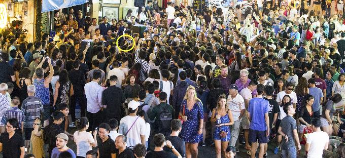 Khán giả vây quanh, chụp ảnh Đông Nhi khi cô biểu diễn.