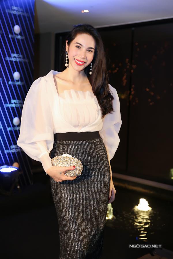 Ca sĩ Thuỷ Tiên chọn áo tay bồng được các fashionista thế giới yêu thích để phối hợp cùng chân váy bút chì để giúp mình có được tổng thể hoàn hảo.
