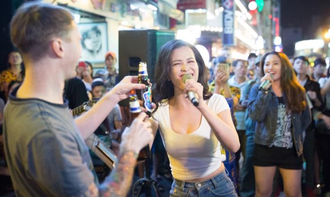 Đông Nhi khuấy động fan khi biểu diễn trên đường phố Sài Gòn - 3