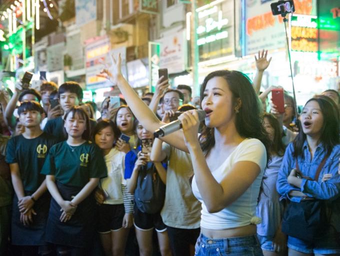 Đông Nhi khuấy động fan khi biểu diễn trên đường phố Sài Gòn