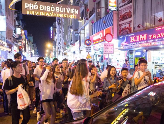 Đông Nhi khuấy động fan khi biểu diễn trên đường phố Sài Gòn - 5