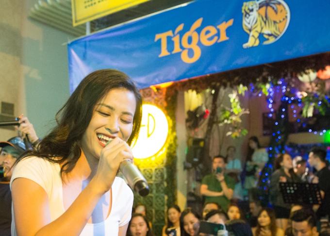 Đông Nhi khuấy động fan khi biểu diễn trên đường phố Sài Gòn - 4