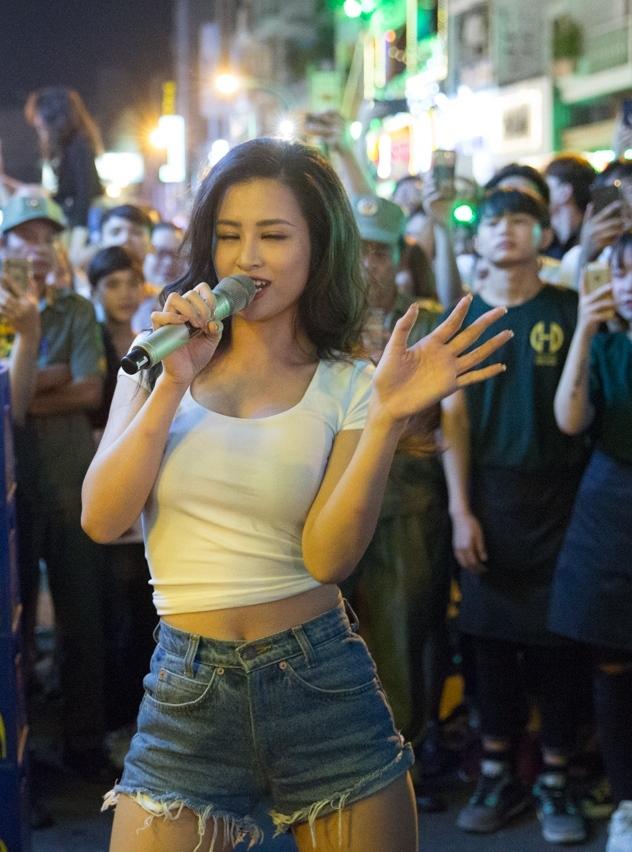Đông Nhi khuấy động fan khi biểu diễn trên đường phố Sài Gòn - 1