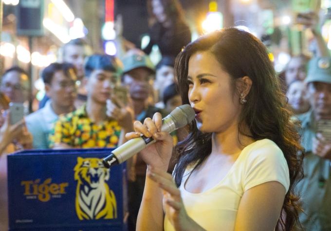 Đông Nhi khuấy động fan khi biểu diễn trên đường phố Sài Gòn - 2