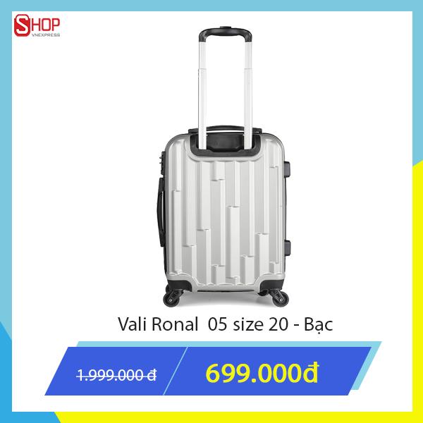 Nam giới thích sang trọng, khỏe khoắn có thể chọn vali kéo màu xám trắng. Sản phẩm có kích thước lớn, phù hợp với những chuyến đi xa. Vali Ronal làm từ nhựa cao cấp chịu va đập mạnh, khoá số TSA theo chuẩn quốc tế có giá giảm độc quyền trên Shop VnExpress, chỉ còn 699.000 đồng tặng kèm một túi phụ kiện.