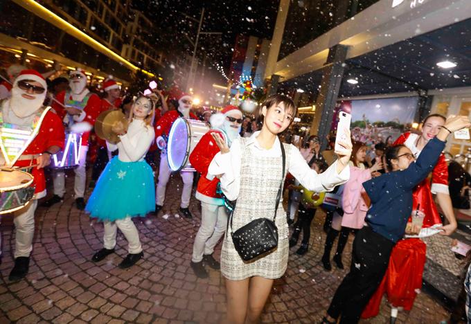 Phí Phương Anh nhảy múa dưới tuyết nhân tạo ở Đà Nẵng